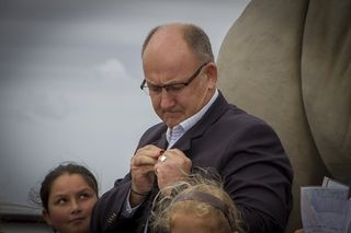 mee7d1606 mayor trollip with his collegiate olli badge